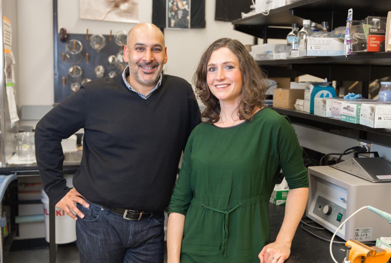 生理学和药理学教授Jaideep Bains(左),博后研究员Toni-Lee Sterley